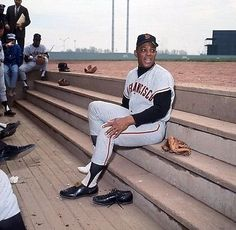Willie Mays putting on his Cleats Baseball Movies, Baseball Star, Giants Baseball, Baseball Photos, Baseball Players, Baseball Cards, Football, Giants Players, Yankee Stadium