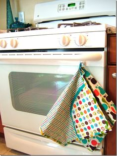 """Guest Tutorial — Make a """"Helping Hand"""" {all-in-one apron/dishtowel/double-handed hot pad apparatus}"""