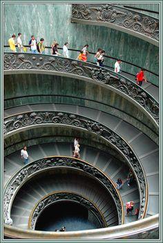 [Espiral logarítmica - Museo del Vaticano, Roma, Italia. Esta escalera diseñada por Giuseppe Momo en 1932 es una de las escaleras más fotografiadas del mundo.] » LOGARITHMIC SPIRAL - Vatican Museum, Rome, Italy This staircase designed by Giuseppe Momo in 1932 is one of the most photographed staircases in the world