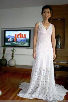 O vestido branco de crochê, parece-me um vestido de noiva. Singelo e belo.