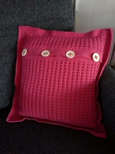 Gehaakt kussen met wafelsteek, eigen ontwerp Diy Crochet Pillow, Crochet Cushion Cover, Crochet Cushions, Crochet Home, Cushion Covers, Sweater Pillow, Knit Pillow, Knitting Patterns, Crochet Patterns