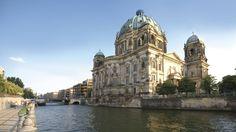 Sie ist einer der wichtigsten Museumskomplexe der Welt: Die Museumsinsel in Berlin zählt seit 1999 zum Weltkulturerbe, als weltweit einzigartiges kulturelles und bauliches Ensemble. Die fünf Museen wurden zwischen 1824 und 1930 errichtet und waren damals ein visionäres Projekt. Die einzelnen Museen wurden so gestaltet, dass sie mit den darin präsentierten Objekten eine Einheit bilden. Sie spiegeln die Entwicklung des Museumsgedankens im 19. und 20. Jahrhundert wider.