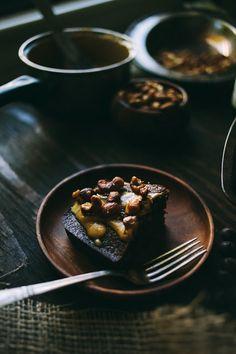Schokoladen-Blechkuchen mit gerösteten Nüsse & Gesalzen Dulce de Leche