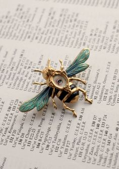 Eye Candy of the Honey Bee brooch by Mab Graves by mabgraves (the eye creeps me out, bit it is one cool pin. Bee Jewelry, Insect Jewelry, Vintage Jewelry, Jewelry Accessories, Fashion Accessories, Jewelry Design, Jewellery, Jewelry Shop, Fashion Jewelry