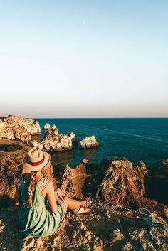 Praia dos tres Irmaos . 14 Tage Portugal Roadtrip – vom Norden in den Süden. Porto, Lissabon, wunderschöne Strände und viel Natur. Eine Rundreise durch Portugal ist wunderschön! Verpasst Aljezur nicht, die Algarve und die vielen wunderschönen Surfspots. Alle Infos auf lilies-diary.com.