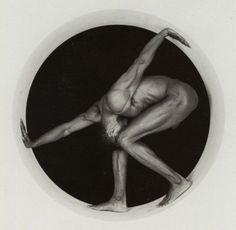 ROBERT MAPPLETHORPE (1946-1989), Thomas in circle, 1987. Silver gelatin print. / La Mono Magazine