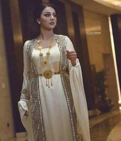 Jli kurde Muslim Fashion, Hijab Fashion, Indian Fashion, Jli Kurdi, Satin Dresses, Gowns, Hijab Stile, Muslim Beauty, Beautiful Muslim Women