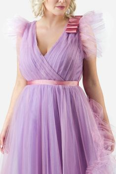 SINESTEZIC.COM | This dress embodies the elegance, nobility, and beauty of women who know how to impress, and who are not necessarily always aware of it. | Sleeveless tulle lavender maxi evening dress | Sleeveless tulle lavender maxi evening gown | Sleeveless tulle lavender long evening gown | Sleeveless tulle lavender long evening dress #Sinestezic #eveningdresses #printeddresses #elegantdresses Long Evening Gowns, Luxury Shop, Red Carpet Dresses, Elegant Dresses, Lavender, Floral Prints, Tulle, Dreams, Garden