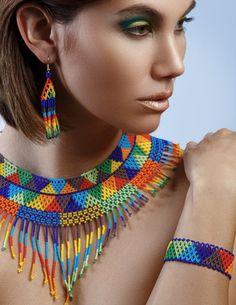 Fotos de modelos por Costy Alex Photography*** Dimensiones de la joyería: Collar - Alrededor del interior del collar (de extremo a extremo) es aprox. 18.5**Siéntase libre de solicitar más o más corto*** La altura del collar incluyendo flecos en el punto central es de 5.25 4 opciones de gancho para Seed Bead Jewelry, Statement Jewelry, Boho Jewelry, Beaded Jewelry, Fashion Jewelry, Native American Beading, Native American Jewelry, Aztec Necklaces, Beading Techniques
