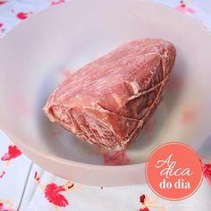 Dica esperta, fácil e segura para descongelar carne mais rápido. Flávia Ferrari mostra o truque fácil, com itens da sua cozinha para facilitar nossa vida!