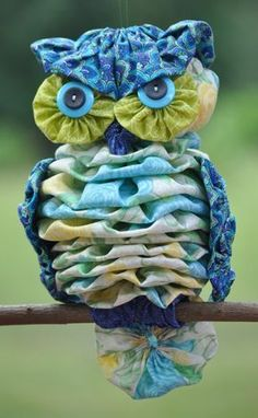 Delightful little YO YO owl! -This a paper pattern with 9 pages of step-by-step instructions and numerous detailed diagrams that will help you make a cute, whimsical owl thatThese completely hand-sewn owls are made from a total of 26 yo-yos, 4 buttons and Owl Sewing Patterns, Quilt Patterns, Diy Sewing Projects, Sewing Crafts, Yo Yo Quilt, Owl Crafts, Sewing Toys, Fabric Art, Fabric Scraps