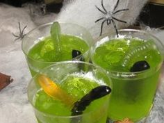 Halloween Food Idea: Fizzy Jelly with Worms and Spiders with vodka! Homemade Halloween Treats, Halloween Goodies, Halloween Drinks, Halloween Desserts, Halloween Food For Party, Halloween Boo, Holidays Halloween, Halloween Jelly, Halloween Baking