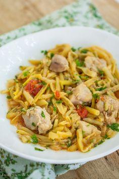 Mâncare de fasole verde cu carne de pui | Bucate Aromate Romanian Food, Food And Drink, Cooking Recipes, Chicken, Ethnic Recipes, Cookies, Diet, Green, Crack Crackers