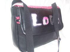 Ezt a táskát a lányomnak varrtam. A mérete alkalmassá teszi, hogy akár iskola táskának is lehessen használni. Készítheted bőrből, textilből, farmerből, vászonból. Ez műbőrből készült. Ha szeretnéd te is elkészíteni, levélben elküldöm neked a szabásmintát.  Ide írj.