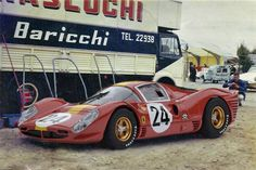 1967 - La Ferrari 330 P4 de Willy Mairesse / Jean Beurlys dans le paddock.