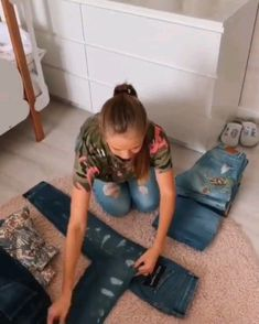 Amazing techniques for folding clothes! Simple Life Hacks, Useful Life Hacks, How To Fold Jeans, Folding Jeans, Diy Organisation, Ideias Diy, Clothing Hacks, Diy Clothes, Fold Clothes