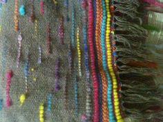 Bufanda de lana hilada en huso, color natural gris con aplicaciones en vellones de colores