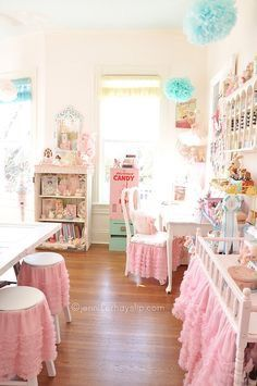 Eye Candy and Inspiration Jennifer Hayslip's Shabby Chic Craft Studio!This makes my heart skip a beat :) Shabby Chic Crafts, Shabby Chic Homes, Shabby Chic Decor, Rooms Ideas, Kawaii Bedroom, Sewing Rooms, Space Crafts, My New Room, Creative Crafts
