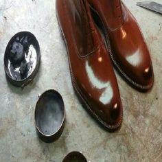 Botas terminándose de limpieza, fabricada a medida para un buen cliente.