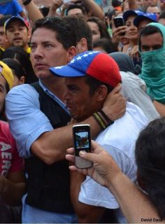 """Lloró y nos hizo llorar mostró balas y dijo a Vielma """"la lucha es p la libertad d un país"""" pic.twitter.com/CsCbCJcT9V Vía @tatinjass"""