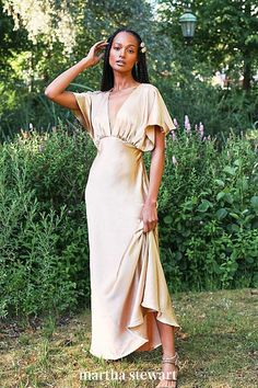 This elegant, silky maxi dress is a glamorous option for a wedding guest wanting to keep things elevated and vintage-inspired. #weddingideas #wedding #marthstewartwedding #weddingplanning #weddingchecklist Oscar Dresses, Blush Dresses, Classy Wedding Guest Dresses, Wedding Attire, Wedding Gowns, Boho Chic, Plunge Dress, Traditional Wedding Dresses, Mom Dress