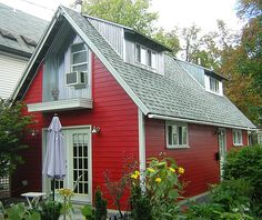 Art 630 sq ft contemporary cottage in Buffalo, New York; designed and built by owners Roger Schroeder and Michele Costa cottages-and-small-houses Small Tiny House, Tiny House Cabin, Tiny House Living, Small Houses, Red Cottage, Cozy Cottage, Cottage Style, Cottage House, Small Cottages