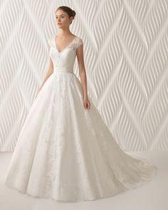 Robe de mariée style princesse en dentelle avec pierreries et tulle, col en V, dos fermé, de couleur naturelle et nude. Collection 2018 Rosa Clará.