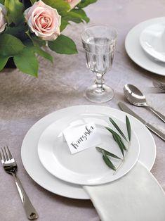 Herrliche Gartenhochzeit-Tischdekoration – Platzkarte mit Olivenzweig https://www.weddingstyle.de/romantische-tischdekoration-fuer-die-gartenhochzeit/?utm_campaign=coschedule&utm_source=pinterest&utm_medium=weddingstyle&utm_content=Romantische%20Tischdekoration%20f%C3%BCr%20die%20Gartenhochzeit