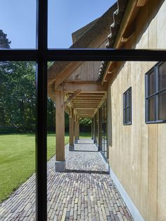 houten garage voor oldtimers in eik | Bogarden Barn House Conversion, Beauvais, Income Property, Paving Stones, Outdoor Gardens, Bungalow, Beautiful Homes, Pergola, Construction