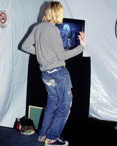 カート・コバーンの未発表写真をレニー・クラヴィッツが公開して話題に。93年<MTV music awards>のバックステージにて撮影された写真で、カートはレニクラが演奏しているのを観て真似ています