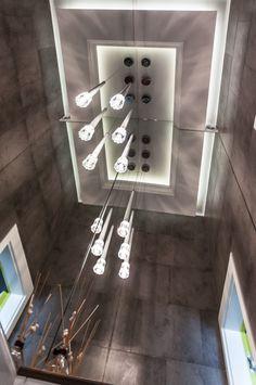 Toaleta z kaflami a'la piec kaflowy i kontrastującym betonem. Magiczny efekt luster.