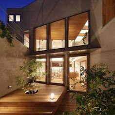 三角の吹抜けのあるチークの家  ( 奥沢の家 )の部屋 中庭(夜景)3
