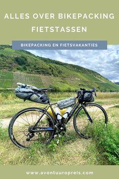 Tijdens het bikepacken wil je zoveel mogelijk licht bepakt op pad gaan. Je neemt dus alleen de belangrijkste uitrusting voor je reis mee, waardoor je jouw fiets licht en wendbaar houdt. Je gebruikt kleinere en lichtere fietstassen dan bij het vakantiefietsen. Ben je op zoek naar bikepacking fietstassen, dan heb je heel wat verschillende opties en merken om uit te kiezen. Ik geef je een overzicht van bikepacking fietstassen. Road Bike Gear, Europe Travel Tips, Germany Travel, Outdoor Gear, Oslo, Bicycle, Camper, Cycling, Europe