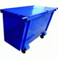 """O Contentor de lixo metálico 1600 litros é composto de corpo, tampa e rodízios, além de chapa de aço laminado fina a quente 14 (1,9 mm). Reforço do pino da pega em chapa estrutural SAE 1020 de ¼"""" (6,35 mm). Reforço dos rodízios em chapa estrutural SAE 1020 de 3/16"""" (4,35 mm)."""