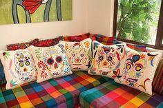 ¿por qué no? da un toque creativo a tu noviembre con estos cojines decorados por ti... manta, pintura textil, paciencia y creatividad...
