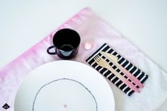 DIY napkins and plate. פוסט DIY צביעת מפיות וצביעה על צלחות במיוחד לחורף. http://www.blogsomewhere.co.il/