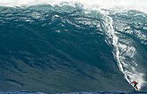 Il prend une vague géante et se brise le fémur