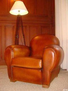 Fauteuil club, généreux, vers 1930, dossier rond, modèle confortable, tapisserie et cuir neuf, coloris: fauve.