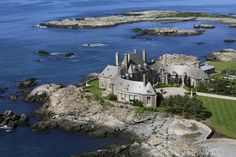 Former 'Tonight Show' host Jay Leno and his wife, Mavis, purchased an oceanfront mansion in Newport, Rhode Island. Villas, Real Estate One, Places In America, Newport Rhode Island, Pebble Beach Concours, American Illustration, Celebrity Houses, Historic Homes, Aerial View