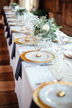 Platos base dorados, para decoración de bodas clásicas. #DecoracionBodasCali