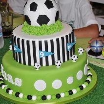 Dica para as mamães: bolo no tema futebol e Copa do Mundo. Mais fotos em: http://mamaepratica.com.br/2014/06/06/mamae-em-festa-copa-do-mundo/ Fonte: http://catchmyparty.com/