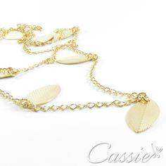 Colar comprido com vários pingentes de folhas, folheado a ouro. Elegante, delicado e moderno. www.cassie.com.br #cassie #semijoia #moda #fashion #happy #inlove #amor #instafashion #instagood #cute #tendência #estilo #trends