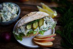 Vegane Fischbrötchen bzw veganer Heringssalat – das wäre doch mal was! Egal in welchem hinterletzten Eck von Deutschland man sich verirrt hat: Lässt man das