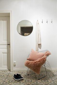 Style and Create - Stockholm apartment via broker Fantastic. Interior Styling, Interior Decorating, Interior Design, Scandinavian Interior, Scandinavian Style, Stockholm Apartment, White Chic, House Entrance, Interior Inspiration