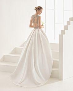 Vestido de corte clássico confecionado de piqué com costas joia em brilhantes…