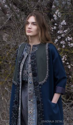 Кафтан поверх жилета. Pakistani Fashion Casual, Iranian Women Fashion, Russian Fashion, Ethnic Fashion, Hijab Fashion, Diy Fashion, Mode Russe, Moda Boho, Embroidery Fashion