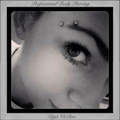 Super piercing na sobrancelha horizontal 43 ideas Vertical Labret Piercing, Surface Piercing, Piercing Implant, Piercing Tattoo, Facial Piercings, Ear Piercings, Anti Eyebrow, Eyebrows, Nose Stud