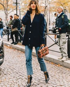 jeanne damas style: cardigan jeans, lace-up pumps and tweed bag Jeanne Damas, Fashion Mode, Look Fashion, Girl Fashion, Fashion Trends, Fashion 2018, Fashion Outfits, Fashion Lookbook, Fashion Boots