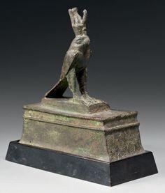 Statuette reliquaire représentant Horus sous la forme d'un faucon, coiffé du pschent et dressé sur un socle rec-tangulaire mouluré destiné à contenir une momie d'oi-seau. La face avant est gravée d'une… - Thierry de Maigret - 11/12/2015