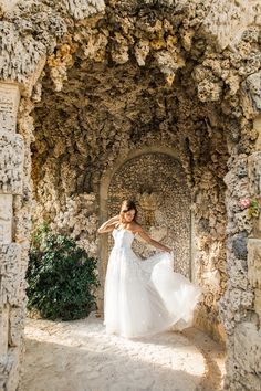 hola - Vue Photography Bridal portrait locatons  Vizcaya Museum and Gardens dress by: Mira Zwillinger